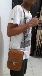 Tas selempang pria kulit kayu (1)