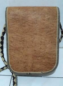 Tas selempang pria kulit kayu (3)